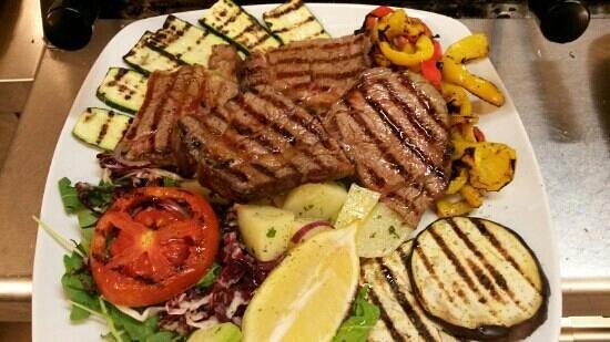 Costanzana, Italie : ...tagliata di Angus Argentino con verdure grigliate