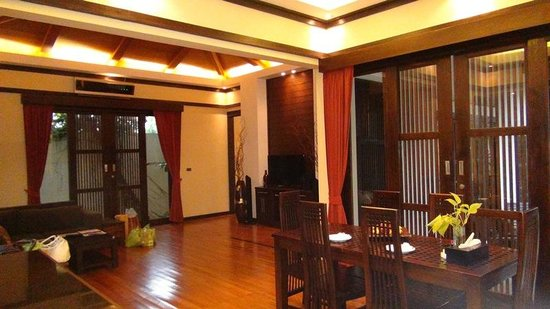 Kirikayan Luxury Pool Villas & Spa: living room & kitchen