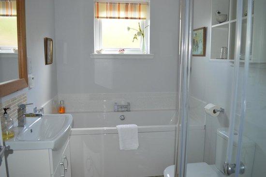 Cuarto de baño con bañera y duchas separadas - Picture of Culnacreag ...