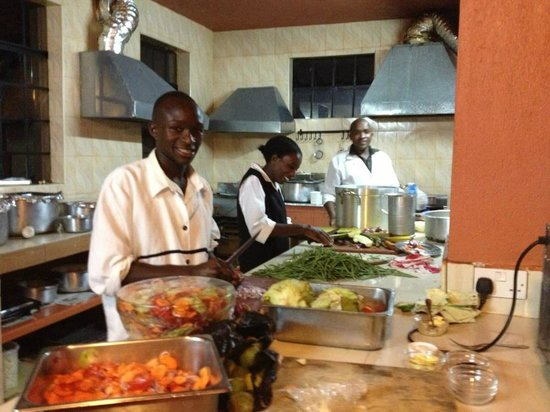 Ikweta Country Inn: Kitchen team at work