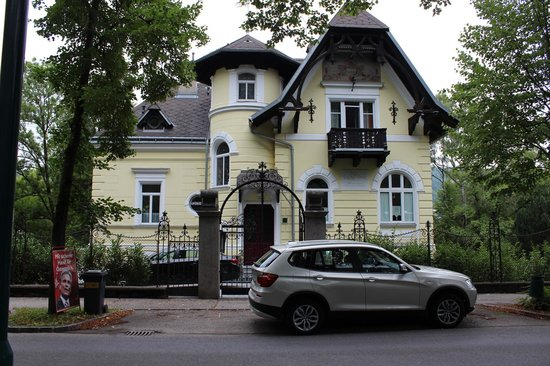 Villa Nova - Hotel garni: Photo of Hotel Garni taken from accross the street.