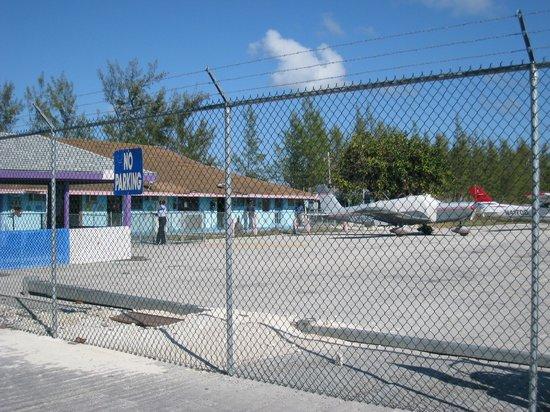 Carriearl Boutique Hotel : aéroport de Great Harbour Cay