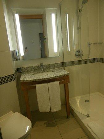 Hampton by Hilton Amsterdam / Arena Boulevard: la salle de bain avec la douche italienne