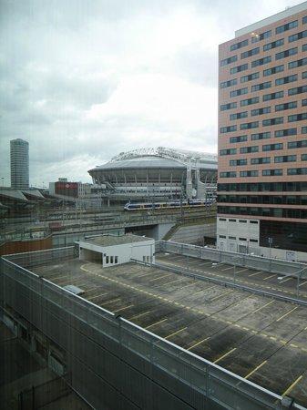 Hampton by Hilton Amsterdam / Arena Boulevard: la vue de la chambre avec le stade de foot