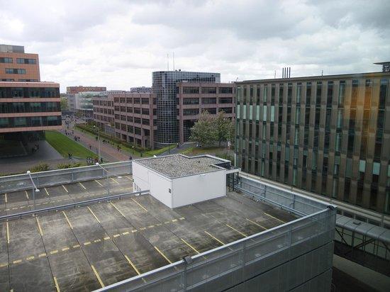 Hampton by Hilton Amsterdam / Arena Boulevard: la vue de la chambre avec ces batiments industriels