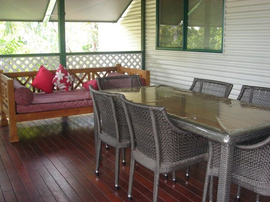 Cocos Beach Bungalows: Patio