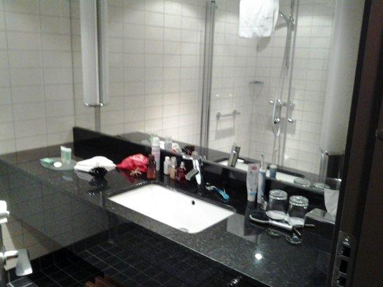 Courtyard Stockholm Kungsholmen: Ванная комната с закрытой душевой кабиной, феном и широким столом