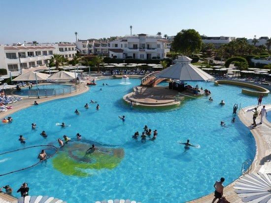 Dreams Beach Resort: Swim up bar