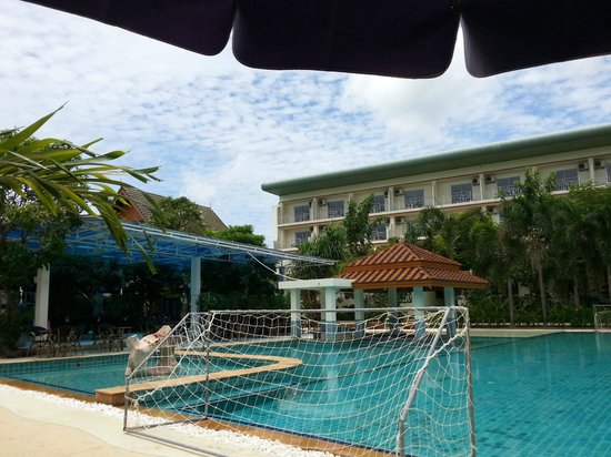 Chalong Beach Hotel and Spa: Pool looking toward pool bar and restaurant