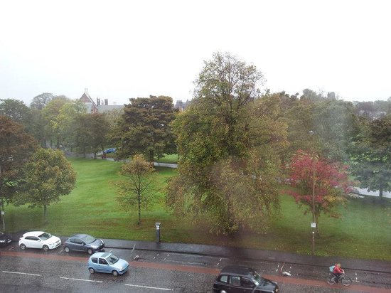 BEST WESTERN PLUS Edinburgh City Centre Bruntsfield Hotel : View- in the rain