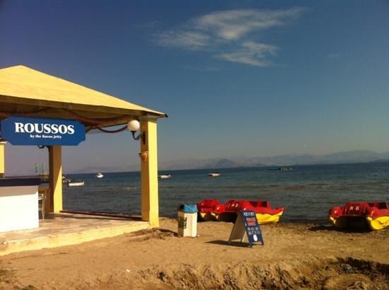 Roussos Restaurant: restaurant by the sea