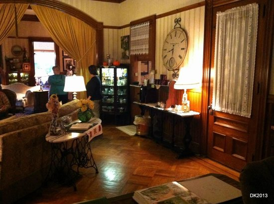 Lamplight Inn Bed and Breakfast : 1890 building, check in, coffee area