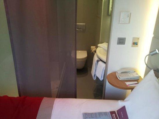 Mercure Paris Arc de Triomphe Etoile: séparation lit WC