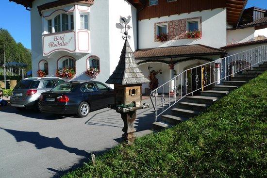 Hotel Rodella: Hoteleingang mit Wetterhäuschen