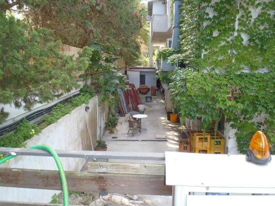 Paistos Hotel: Blick von den Zimmern mit Balkon, wie auch vom Parkplatz
