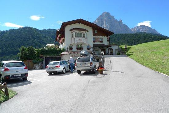 Hotel Rodella mit Langkofel-Gruppe