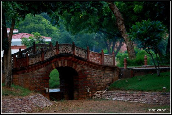 Hotel Raj Niwas Palace: a picturesque bridge adds to the charm of the pretty gardens