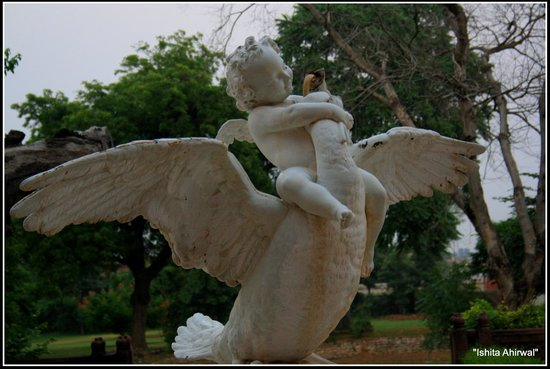 Hotel Raj Niwas Palace: One of the many statues that make for a lovely picture