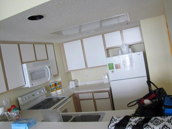 Atlantica Oceanfront Resort : Fully stocked kitchen with appliances