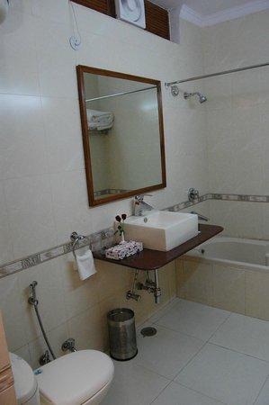 Tavern Business Hotel: Bathroom