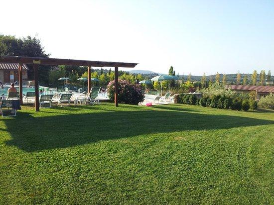 Antica Fonte Resort: Giardino zona piscina