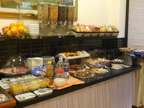 22 Marzo Hotel: Breakfast Display
