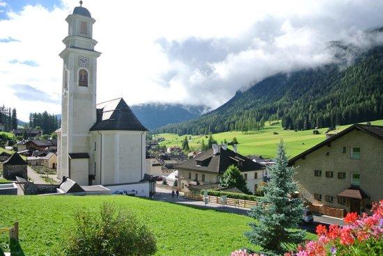 Hotel & Appartements Strobl: vista sulla chiesa