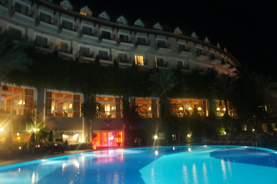 Alkoclar Exclusive Kemer: hotel in evening