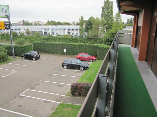 Campanile Strasbourg Ouest : Вид на общий коридор и стоянку