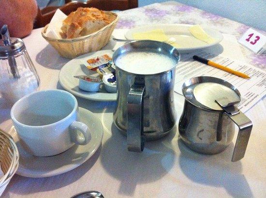 Hotel Casa Yvorio: Make your own caffe latte!