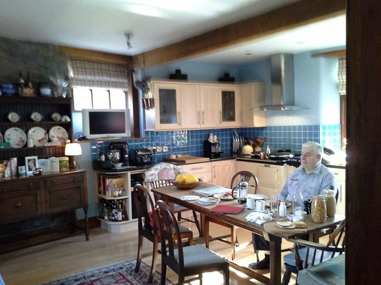 Candlewyck Barn Bed and Breakfast: The homely farmhouse kitchen where breakfast is cooked and served.