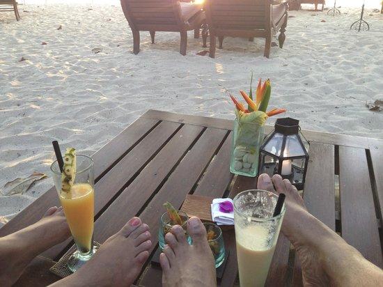 Nelayan Restaurant: Drinks on beach