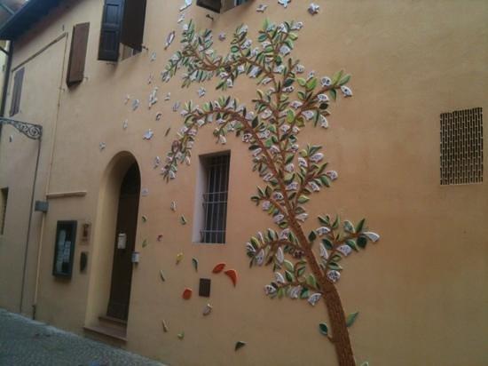 Budrio, Italia: l'esterno del Museo è stato decorato con la ceramica mediante un progetto con le scuole elementa