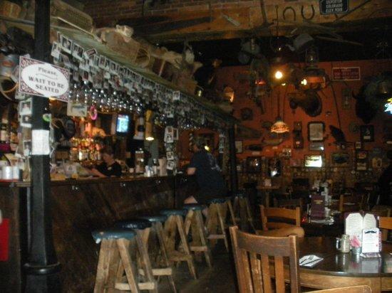 Handlebars Restaurant & Saloon: bar counter