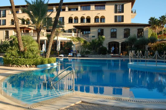 Sheraton Mallorca Arabella Golf Hotel: Poolside view of hotel