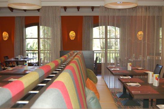شيراتون مايوركا أرابيلا جولف هوتل: Indoor area of Es Carbo Mediterranean restaurant