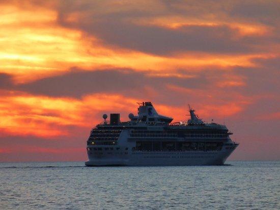 Charisma De Luxe Hotel : 夕日に染まる豪華客船