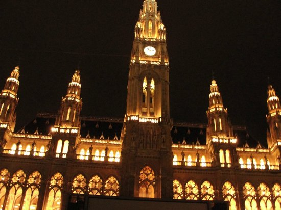 ibis Wien City: Rathaus on a rainy night
