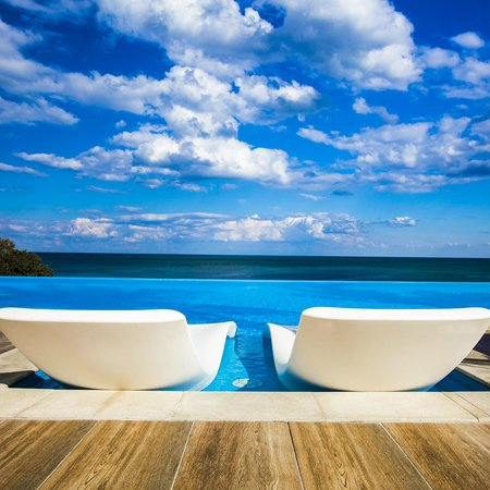 INTERNATIONAL Hotel Casino & Tower Suites: Infinity pool