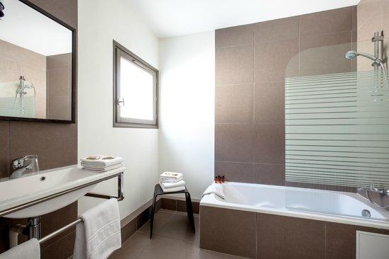 Hotel des ducs updated 2017 prices reviews dijon for Deco petite salle de bain avec baignoire