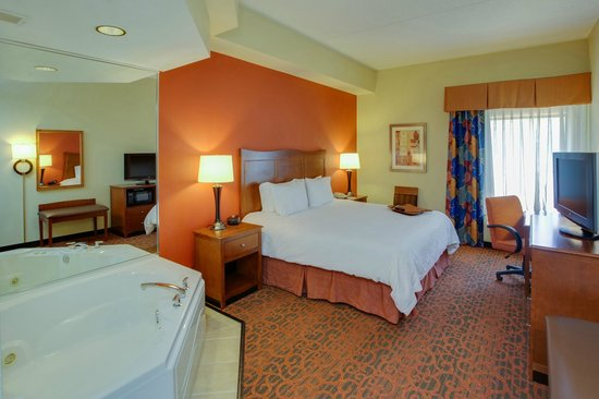 Hampton Inn Bordentown: Choose a relaxing whirlpool room when staying at our Bordentown hotel.
