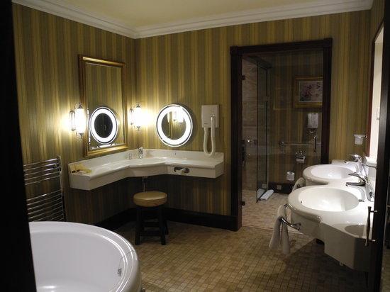 Vue partielle de l 39 hotel depuis les berges du lac photo for Salle de bain ronde