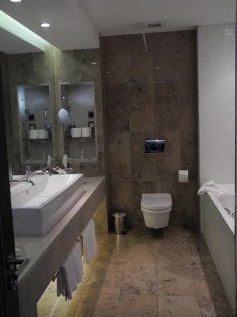 Sheraton Athlone: Salle de bains attenante avec bains à remous