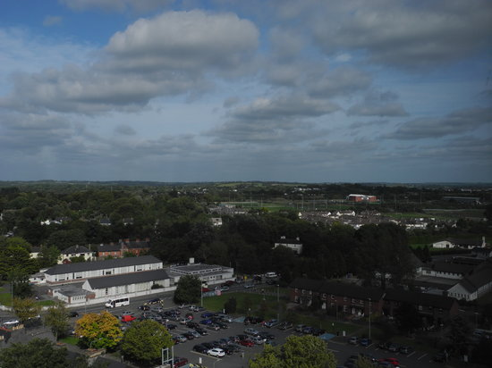Sheraton Athlone: Vue sur la ville d'Athlone depuis la baie vitrée de la chambre