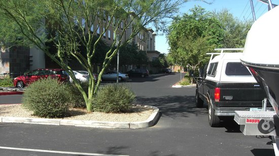 Homewood Suites by Hilton Phoenix North - Happy Valley : Parking lot behind hotel