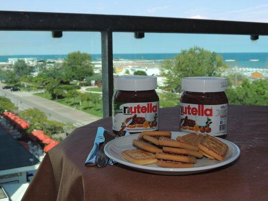 Hotel Residenza Lido: colazione sul terrazzo : i tre doni di Dio : sole, mare e Nutella !