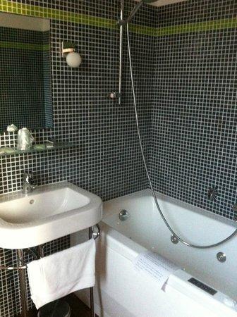 Hotel Le Rayon Vert: Salle de bains chambre 11