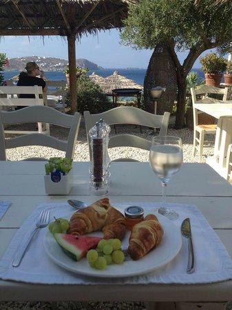 Apollonia Hotel & Resort: Breakfast outside