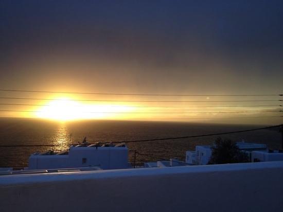 tramonto infuocato dal terrazzo dell'hotel Spanelis
