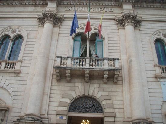 Gabinetto del Sindaco (Sala Montalbano): Il palazzo dove si trova la stanza del Questore